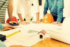 Gruppo degli ingegneri che lavorano insieme in un ufficio di architetto Fotografie Stock Libere da Diritti