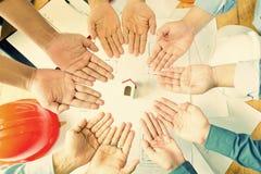 Gruppo degli ingegneri che lavorano insieme in un ufficio di architetto Immagine Stock