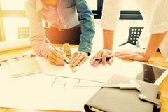 Gruppo degli ingegneri che lavorano insieme in un ufficio di architetto Immagini Stock