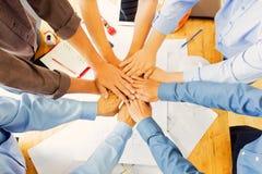 Gruppo degli ingegneri che lavorano in un ufficio di architetto Fotografia Stock