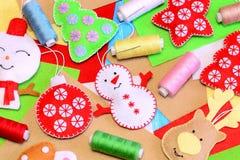Gruppo degli ornamenti di Natale del feltro Il pupazzo di neve variopinto del feltro, il cervo, l'albero di Natale, i mestieri de Fotografie Stock Libere da Diritti