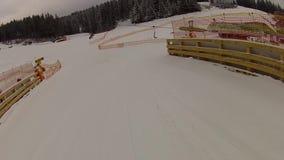 Gruppo degli sciatori che scendono la pista in Bukovel stock footage