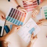 Gruppo degli stilisti che crea nuova raccolta fotografia stock