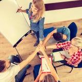 Gruppo degli studenti che mostrano insieme unità con le loro mani Fotografia Stock