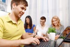 Gruppo degli sviluppatori che rendono le note e discussione Fotografia Stock