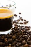 Gruppo dei chicchi di caffè vicino al caffè caldo del caffè espresso Fotografia Stock