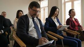 Gruppo dei colleghi multietnici di affari alla riunione stock footage