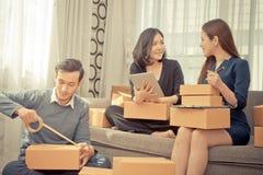 Gruppo dei contenitori di imballaggio online del rivenditore da spedire al cliente Immagine Stock Libera da Diritti