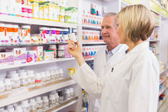 Gruppo dei farmacisti che parla della medicina Immagini Stock Libere da Diritti