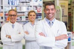 Gruppo dei farmacisti che sorridono alla macchina fotografica fotografia stock libera da diritti