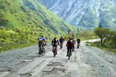 Gruppo dei motociclisti sulla vecchia strada della montagna Fotografie Stock
