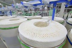 Gruppo del cotone su una linea di produzione di filatura Immagine Stock Libera da Diritti