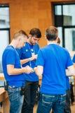 Gruppo del genio di Apple che parla durante la breve riunione Fotografie Stock Libere da Diritti