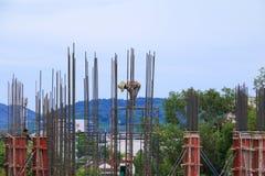 Gruppo del lavoratore della costruzione che lavora all'alloggio della costruzione del terreno alto nel posto di lavoro del sito Fotografie Stock Libere da Diritti