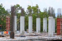 Gruppo del lavoratore della costruzione che lavora all'alloggio della costruzione del terreno alto nel posto di lavoro del sito Fotografia Stock Libera da Diritti