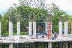 Gruppo del lavoratore della costruzione che lavora all'alloggio della costruzione del terreno alto nel posto di lavoro del sito Immagini Stock Libere da Diritti