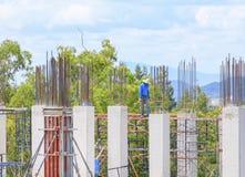 Gruppo del lavoratore della costruzione che lavora all'alloggio della costruzione del terreno alto nel posto di lavoro del sito Fotografia Stock