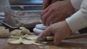 Gruppo del movimento lento dei cuochi unici che cucinano alimento tradizionale Cuoco unico che produce gli gnocchi stock footage