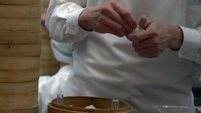 Gruppo del movimento lento dei cuochi unici che cucinano alimento tradizionale Cuoco unico che produce gli gnocchi video d archivio
