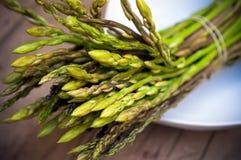 Gruppo dell'asparago sul piatto Immagini Stock Libere da Diritti