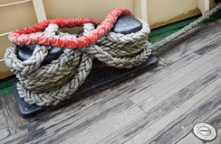 Gruppo della corda sulla colonna di ormeggio di attracco Immagini Stock Libere da Diritti