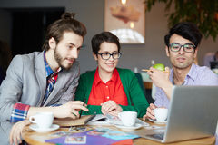 Gruppo della gente creativa casuale che lavora nella riunione Immagine Stock Libera da Diritti