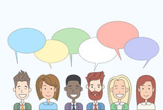 Gruppo della gente del fumetto di affari che parla discutendo la rete sociale di comunicazione di chiacchierata illustrazione di stock
