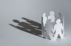 Gruppo della gente dell'omino di carta che tiene le mani Immagine Stock Libera da Diritti