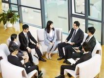 Gruppo della gente di affari asiatica che si incontra nell'ufficio immagini stock