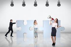 Gruppo della gente di affari di prova per unire puzzle Fotografie Stock Libere da Diritti