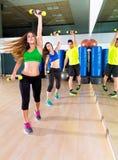 Gruppo della gente di ballo di Zumba cardio alla palestra di forma fisica Immagine Stock Libera da Diritti
