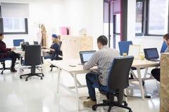 Gruppo della gente di giovane impresa all'ufficio Fotografie Stock