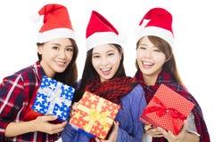 gruppo della giovane donna in cappello di Santa con il contenitore di regalo Fotografia Stock Libera da Diritti