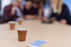 Gruppo della giovane impresa sulla riunione all'ufficio moderno Immagini Stock Libere da Diritti
