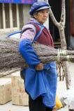Gruppo della holding della donna di Naxi dei bastoni Fotografia Stock