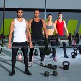 Gruppo della palestra con l'allenamento del crossfit della barra di sollevamento di peso Fotografia Stock