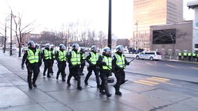 Gruppo della polizia di tumulto che marcia e che sorveglia stock footage