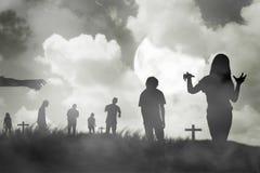 Gruppo della siluetta di zombie che cammina sotto la luna piena Fotografia Stock Libera da Diritti