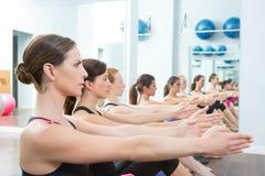 Gruppo delle donne di Pilates sull'istruttore di ginnastica della stuoia Immagini Stock