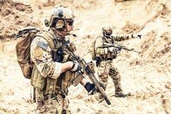 Gruppo delle forze di operazioni speciali che attacca nel deserto fotografia stock libera da diritti