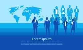 Gruppo delle persone di affari della siluetta sopra l'uomo di affari della mappa di mondo ed il gruppo di donna illustrazione vettoriale