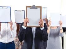 Gruppo delle persone di affari tenendo le cartelle vicino al fronte isolato su fondo bianco businesspeople Fotografia Stock Libera da Diritti