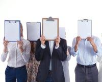 Gruppo delle persone di affari tenendo le cartelle vicino al fronte isolato su fondo bianco businesspeople Fotografia Stock