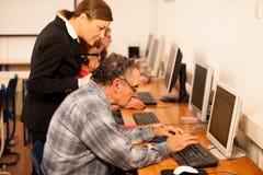 Gruppo di abilità del computer di apprendimento di adulti Tran tra generazioni Fotografie Stock