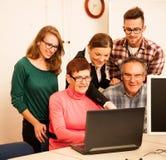 Gruppo di abilità del computer di apprendimento di adulti Tran tra generazioni Immagine Stock Libera da Diritti