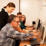 Gruppo di abilità del computer di apprendimento di adulti Tran tra generazioni Immagini Stock Libere da Diritti