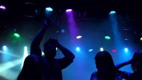 Gruppo di adolescenti che ballano in una discoteca, siluetta video d archivio