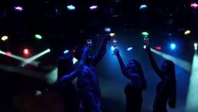 Gruppo di adolescenti che ballano in una discoteca, siluetta stock footage
