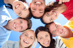 Gruppo di adolescenti che guardano giù Fotografie Stock Libere da Diritti