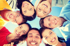 Gruppo di adolescenti che guardano giù Immagini Stock Libere da Diritti